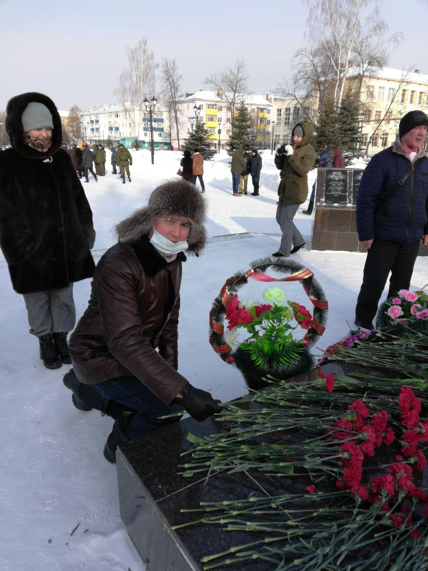 Церемония возложения цветов к памятнику «Борцам революции».