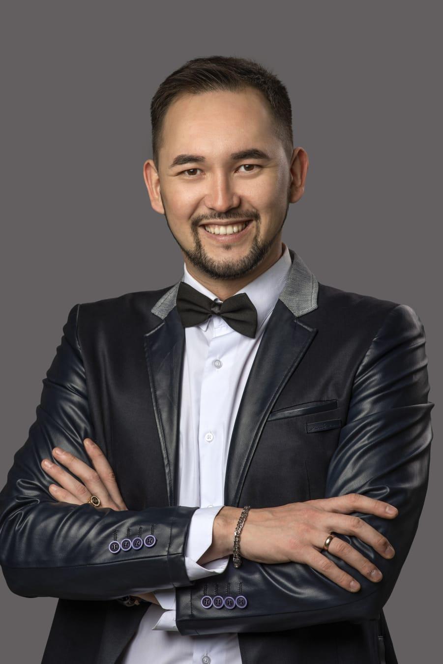 Сегодня свой день рождения отмечает артист-вокалист (солист) Нефтекамской государственной филармонии Азат Карачурин