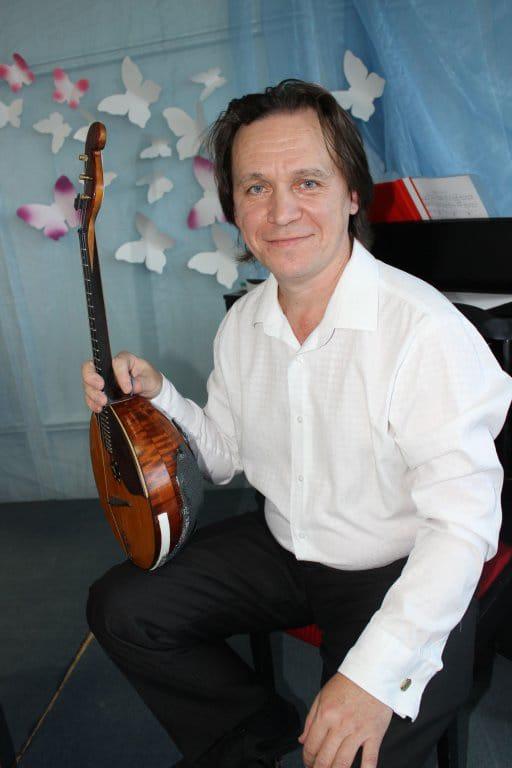 Сегодня свой день рождения отмечает аккомпаниатор-концертмейстер Нефтекамской государственной филармонии Ильдар Гаттаров